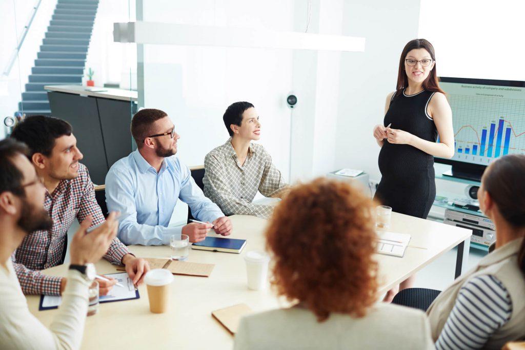 empresários tirando dúvidas através de uma consultoria em e-commerce