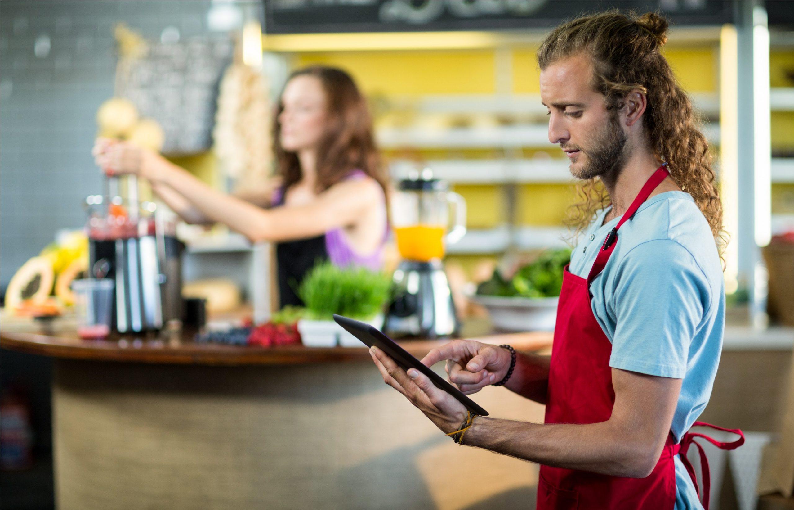Atendente recebendo pedido em sua loja através de aplicativo também é omnnichannel